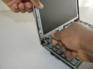 2. Display spart la laptop - pasii de inlocuire a ecranului- Inlocuieste ecranul spart